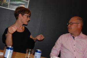 Josefina, arkitekt och Tomas, turism diskuterar
